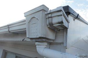 雨樋(あまどい)の詰まりや劣化が原因の雨漏りと自分でできる予防。